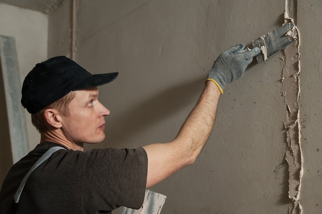 Trabalhador fica gesso na parede