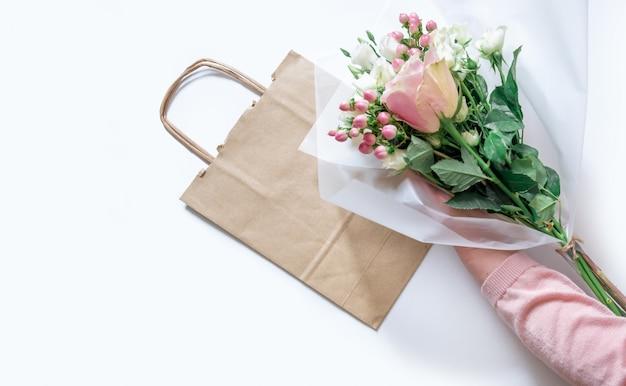 Trabalhador flor serviço de entrega rosa embalagem saco mão empacotador transporte aberto on-line