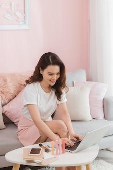 Trabalhador freelance elegante senhora asiática digitando no laptop respondendo mensagem loja online atendimento ao cliente internet
