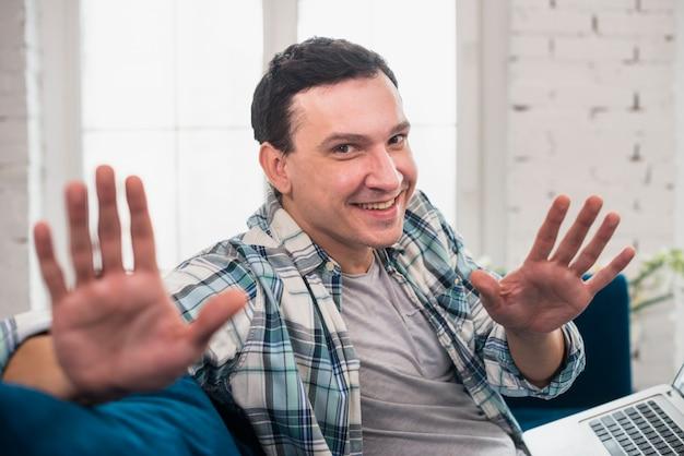 Trabalhador freelancer de positividade sentado no sofá em casa