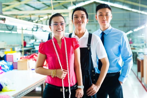 Trabalhador, gerente e designer na fábrica chinesa