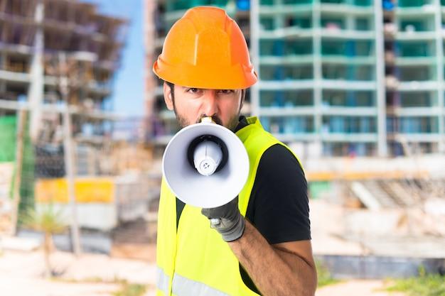 Trabalhador gritando sobre fundo branco isolado