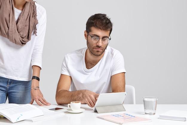 Trabalhador homem caucasiano sério pensa em resolver o problema do projeto