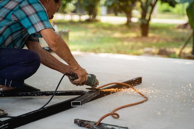 Trabalhador homem soldando aço em uma oficina
