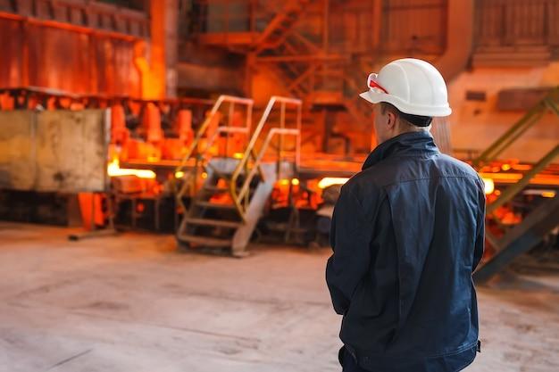 Trabalhador industrial na fábrica de solda closeup