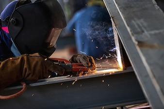 Trabalhador industrial na fábrica Solda de aço closeup, soldador