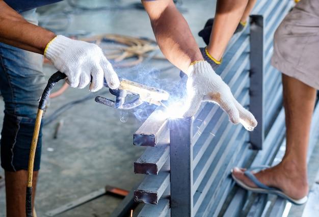 Trabalhador industrial solda de aço com faíscas