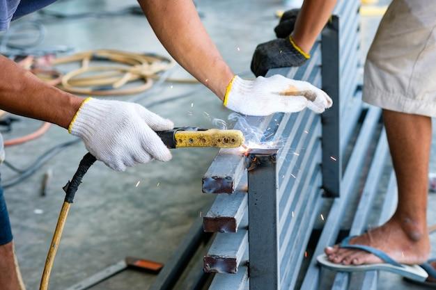 Trabalhador industrial soldando aço com fagulhas