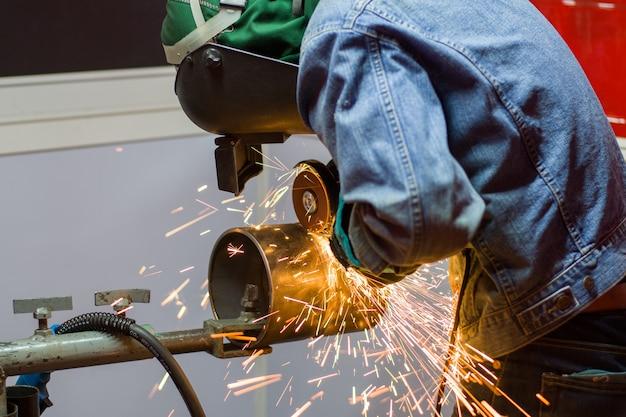 Trabalhador industrial trabalhador na fábrica de estrutura de aço de solda