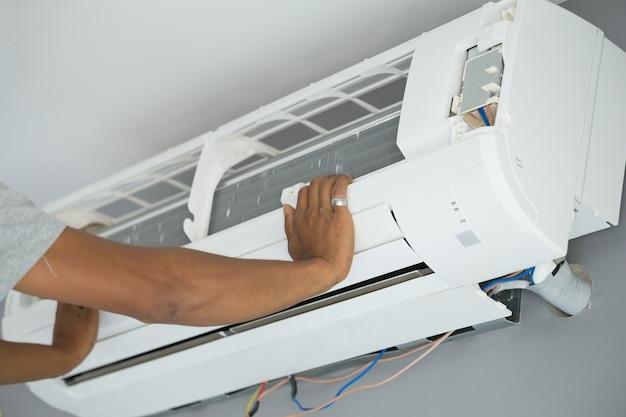 Trabalhador, instalar, ar condicionado