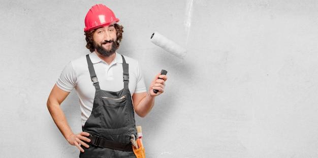 Trabalhador jovem com um rolo de pintura
