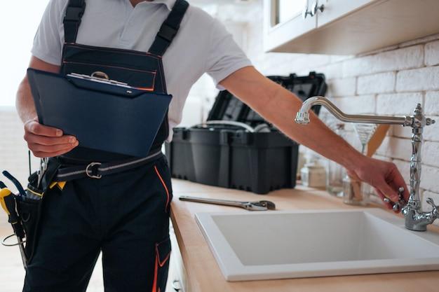 Trabalhador manual com caixa de ferramentas