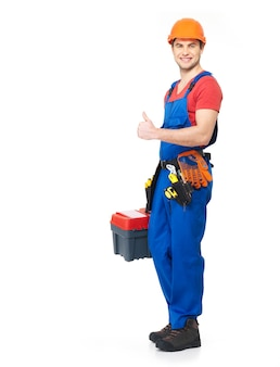 Trabalhador manual com ferramentas mostrando o sinal de positivo retrato completo em branco