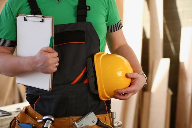 Trabalhador manual desconhecido com as mãos na cintura e