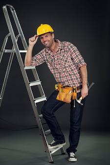 Trabalhador manual encostado na escada