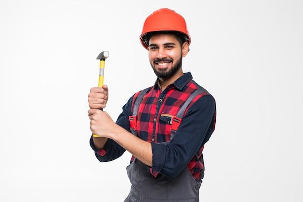 Trabalhador manual jovem indiano com martelo isolado no branco