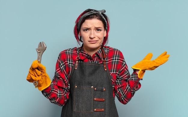 Trabalhador manual legal de cabelo ruivo com chave inglesa