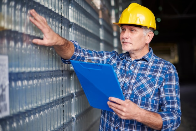 Trabalhador manual no armazém