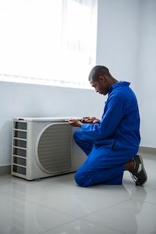 Trabalhador manual testando o condicionador de ar