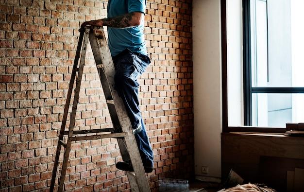Trabalhador manual trabalhando renovando ferramentas de construção
