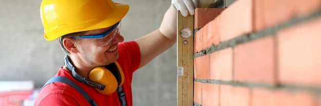 Trabalhador masculino alegre com equipamento