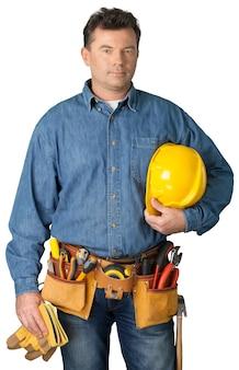 Trabalhador masculino com cinto de ferramentas isolado no fundo branco