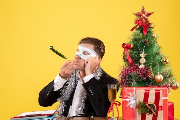 Trabalhador masculino com máscara de festa