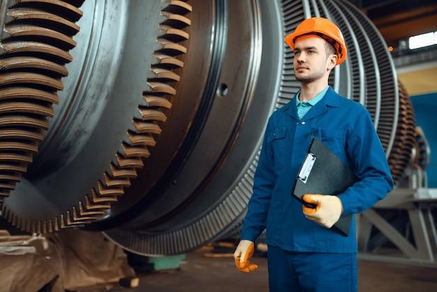 Trabalhador masculino com notebook