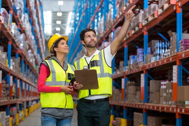 Trabalhador masculino e feminino, verificação de inventário