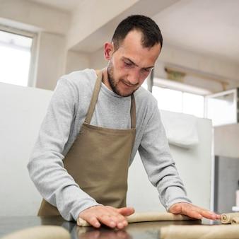 Trabalhador masculino em uma fábrica de pão