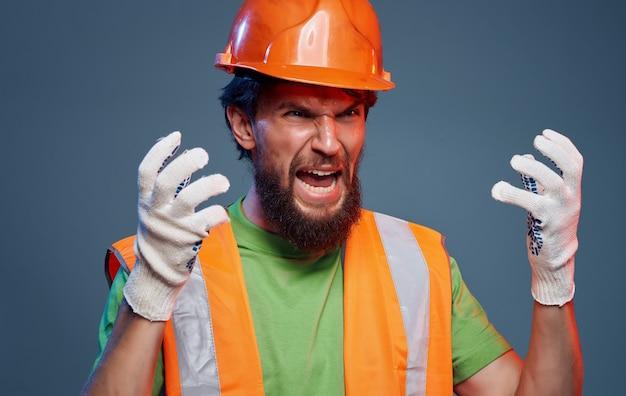 Trabalhador masculino na construção de emoções de tinta laranja