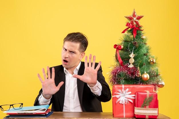 Trabalhador masculino sentado de frente com o rosto estressado