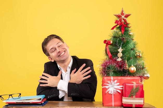 Trabalhador masculino sentado de frente com uma cara sorridente
