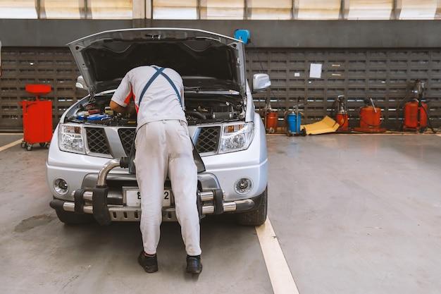 Trabalhador mecânico reparação carroçaria e pintura com serviço profissional