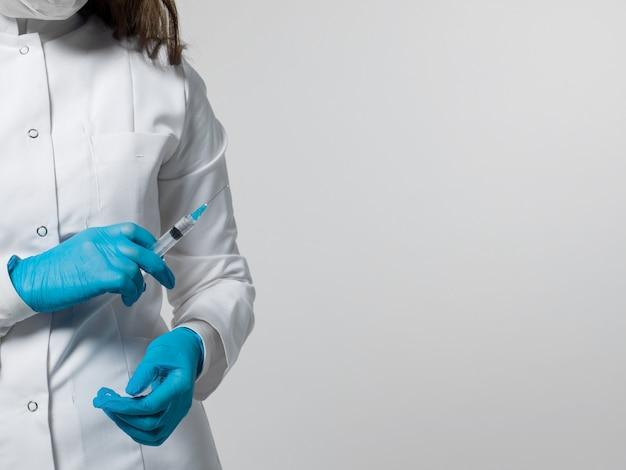 Trabalhador médico com injeção em uniforme médico branco