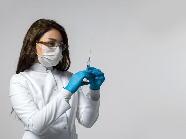 Trabalhador médico prepara uma injeção