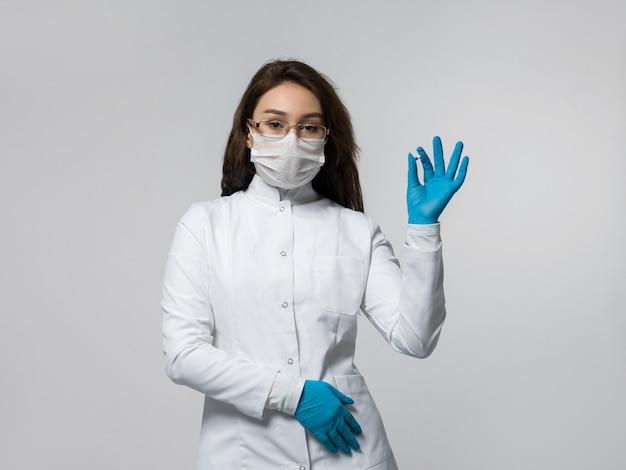 Trabalhador médico segurando o comprimido azul na mão