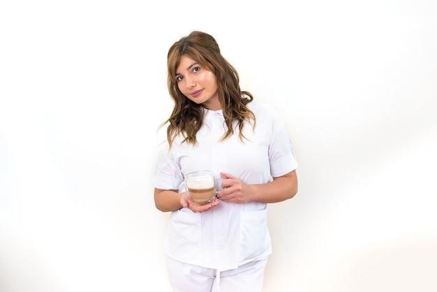 Trabalhador médico tomando café