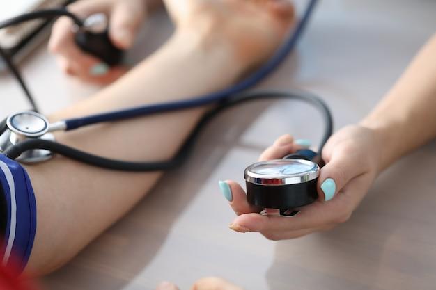 Trabalhador médico verificar pressão