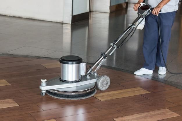 Trabalhador mulher, limpeza, a, chão, com, polimento, máquina