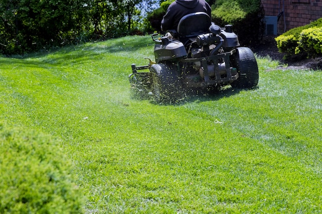 Trabalhador municipal corta o gramado jardineiro corta a grama