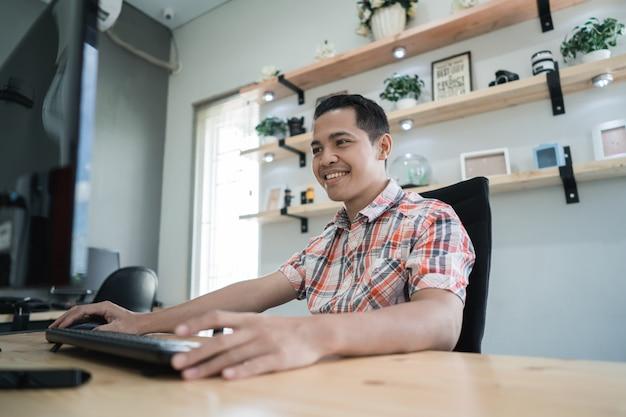 Trabalhador online criativo freelance trabalhando em seu escritório