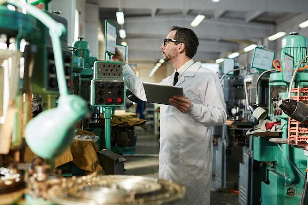 Trabalhador operar máquinas na fábrica
