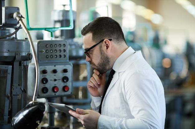 Trabalhador operar máquinas na planta
