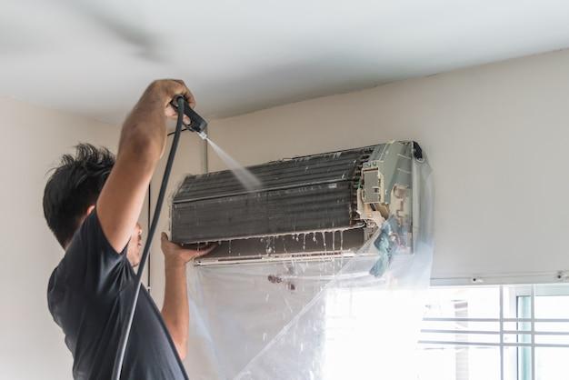 Trabalhador, para, limpeza, bobina refrigerador, de, condicionador ar