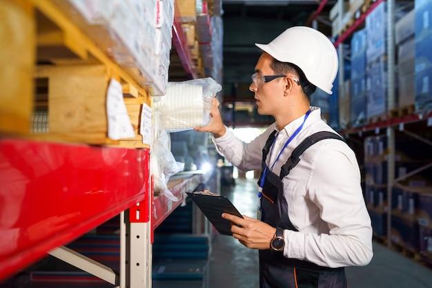 Trabalhador pega o produto desejado