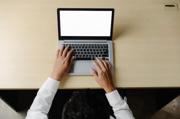 Trabalhador pessoa de negócios usa um computador portátil.