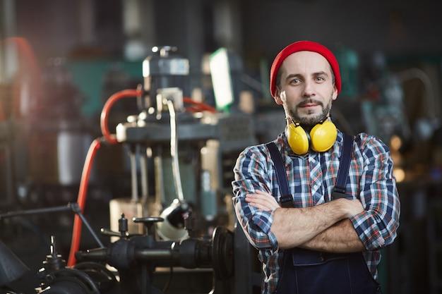 Trabalhador posando na planta