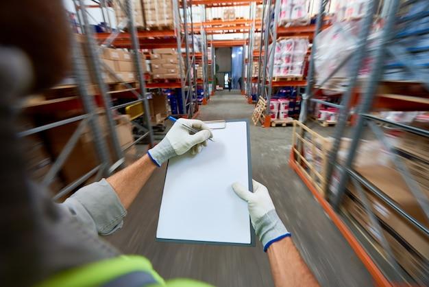 Trabalhador preencher documentos no armazém