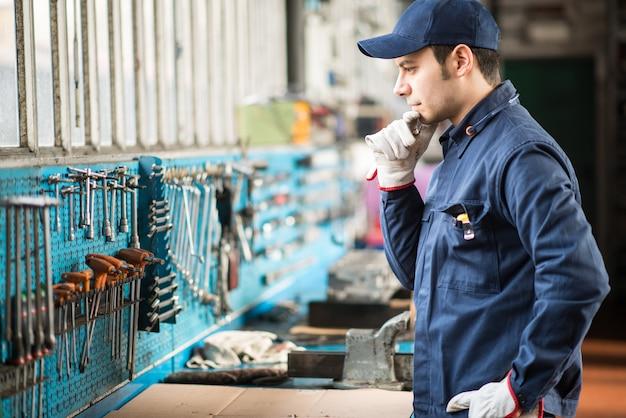 Trabalhador procurando a chave certa